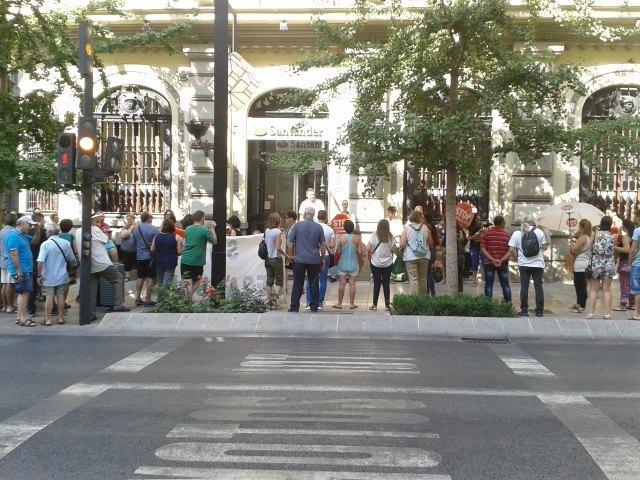 Nueva protesta de stop desahucios granada 15m frente al for Oficinas santander granada