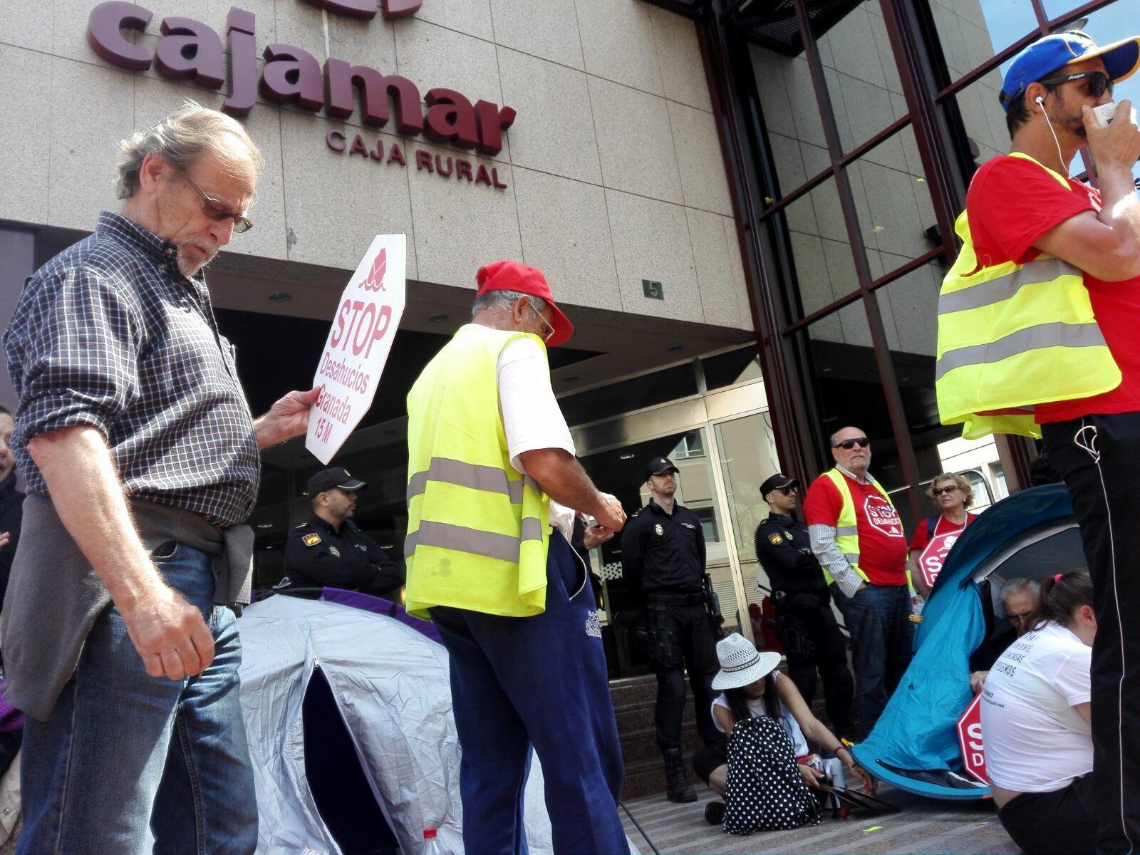 Gran concentraci n en cajamar almeria la marcha lleg for Oficinas cajamar almeria