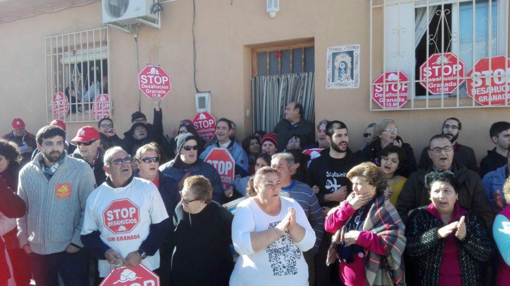 El apoyo social y vecinal consiguen de nuevo suspender el desalojo