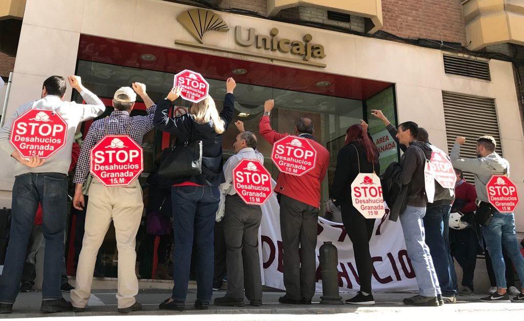 Stop Desahucios en la puerta de Unicaja