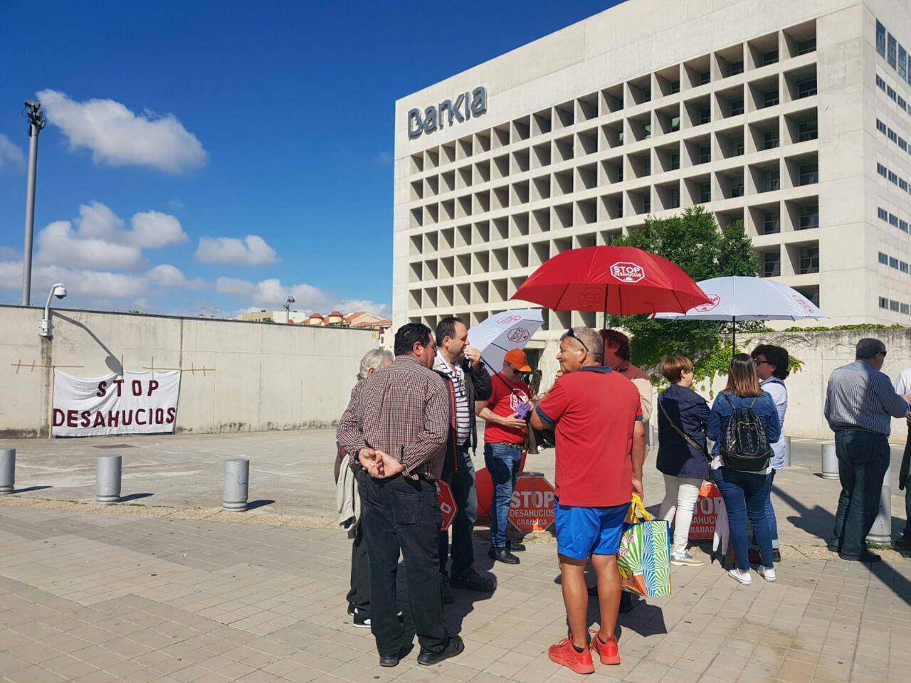 Bankia desahucia acci n de stop desahucios en las puertas for Oficinas de bankia en granada