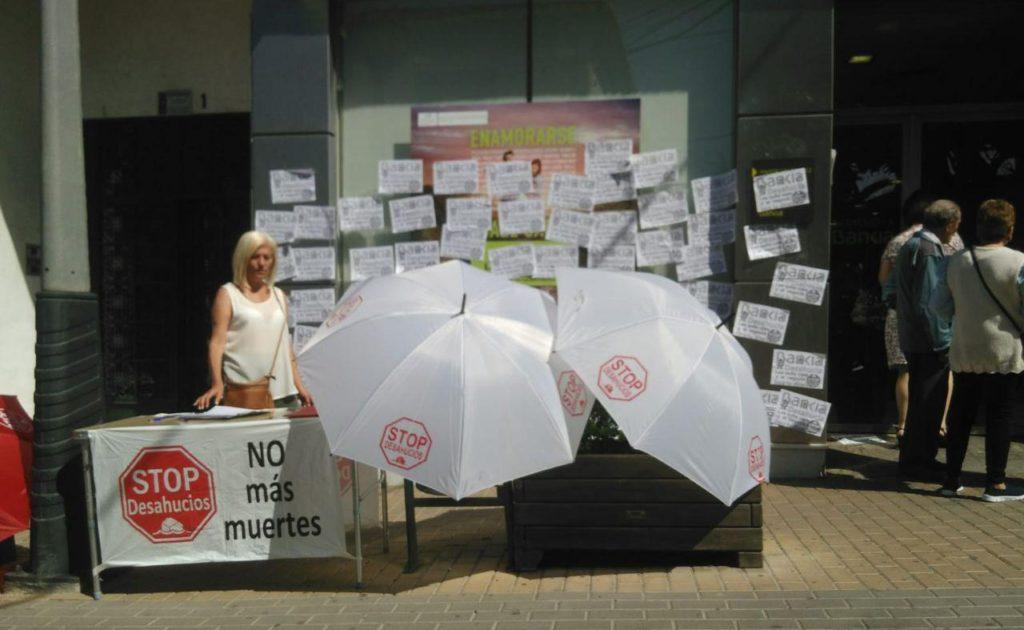 Mesa informativa en la puerta de Bankia
